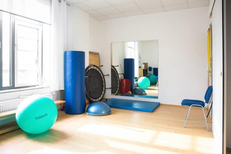 Ein Raum für Krankengymnastik mit Geräten