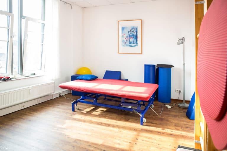Ein Raum für Krankengymnastik mit einer Liege